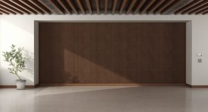 Techos con Vigas de Poliuretano Empty room with wooden paneling and roof beams